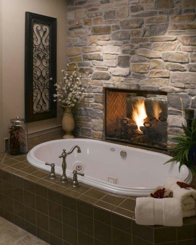 Une cheminée entre la salle de bain et la chambre Dream house