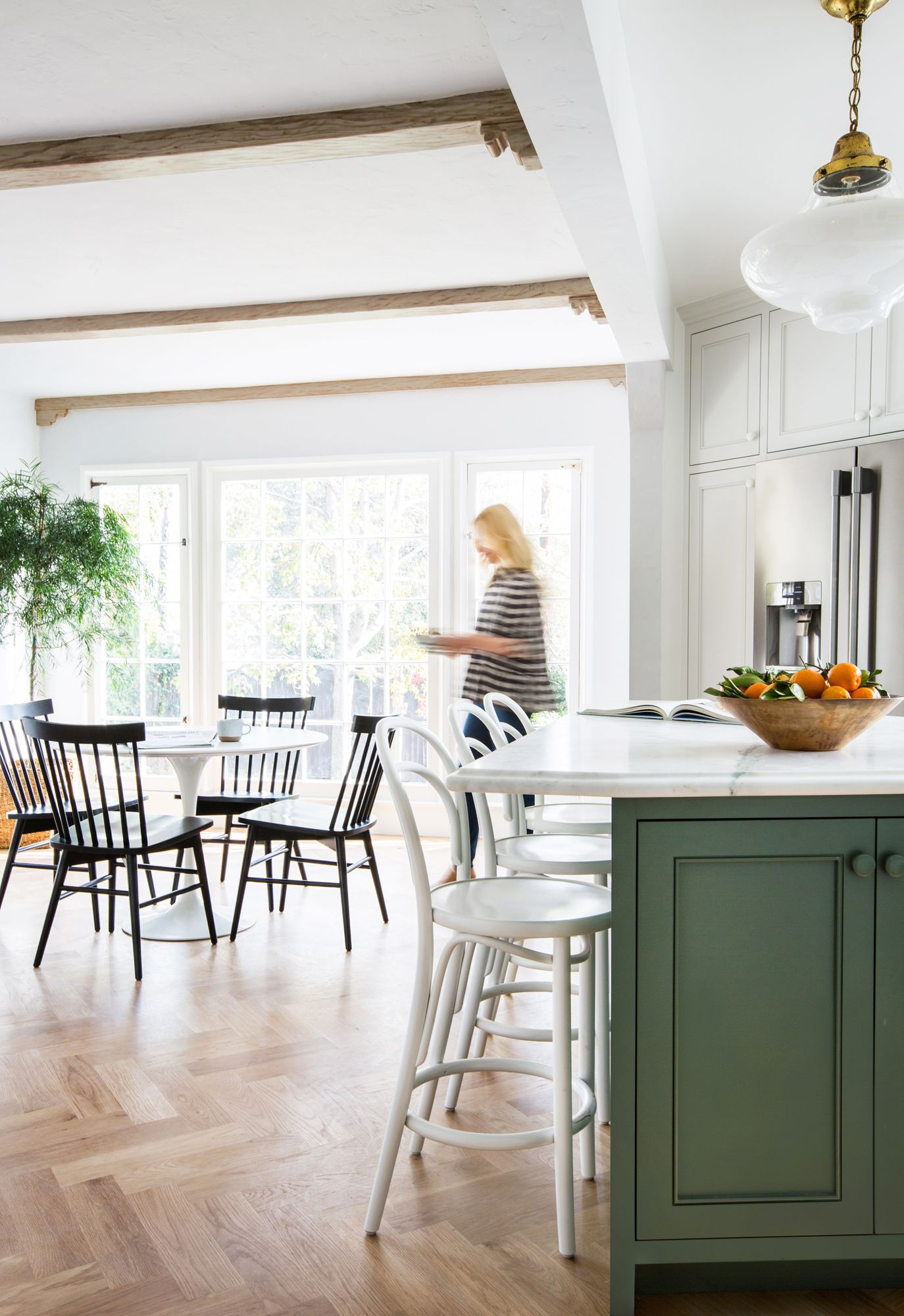 stilvoll gestaltete esszimmer stehen hoch im trend, designer emily henderson on renovating her own kitchen, Innenarchitektur