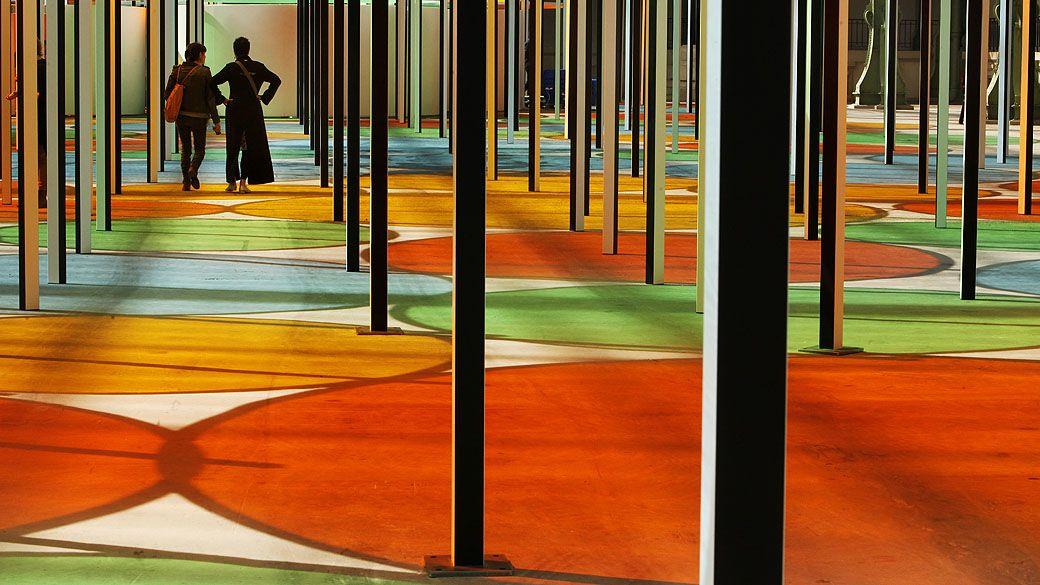 Instalação artista Daniel Buren em exposição no Grand Palais em Paris