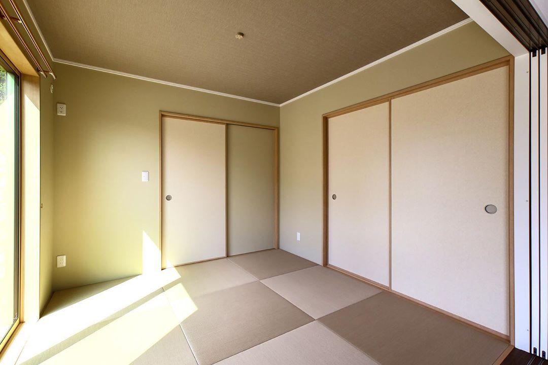 畳と壁紙の色合いがモダンな雰囲気でおしゃれな和室 Room Divider