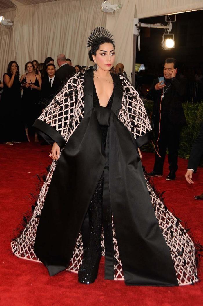 5a551f682216b8 Lady Gaga a opté pour une robe kimono signée Balenciaga by Alexander Wang.  © Getty