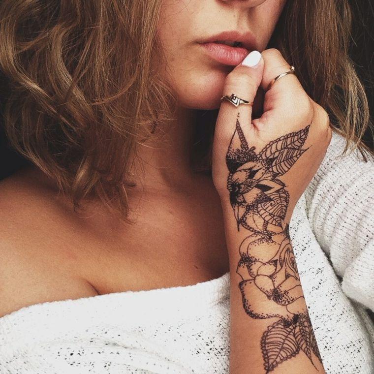 Tatuaggi femminili donna con un grande tatuaggio sul for Tatuaggi donne pin up