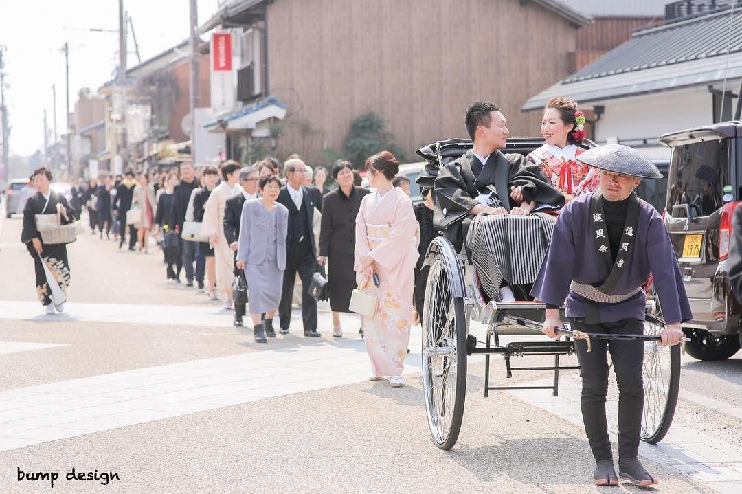 花嫁行列 普段も神社の式の後は花嫁行列で歩いて会場に向かったりもするんですがこの日の行列はたぶん100人越えだったんじゃないかな ここまでの大行列は初めてだったのでお祭り感溢れててテンション上がりまくりました笑 結婚 結婚式 結婚写真 ブライダル ウェディング