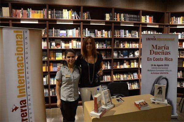 María Dueñas en firma de libros en Librería Internacional Multiplaza Curridabat
