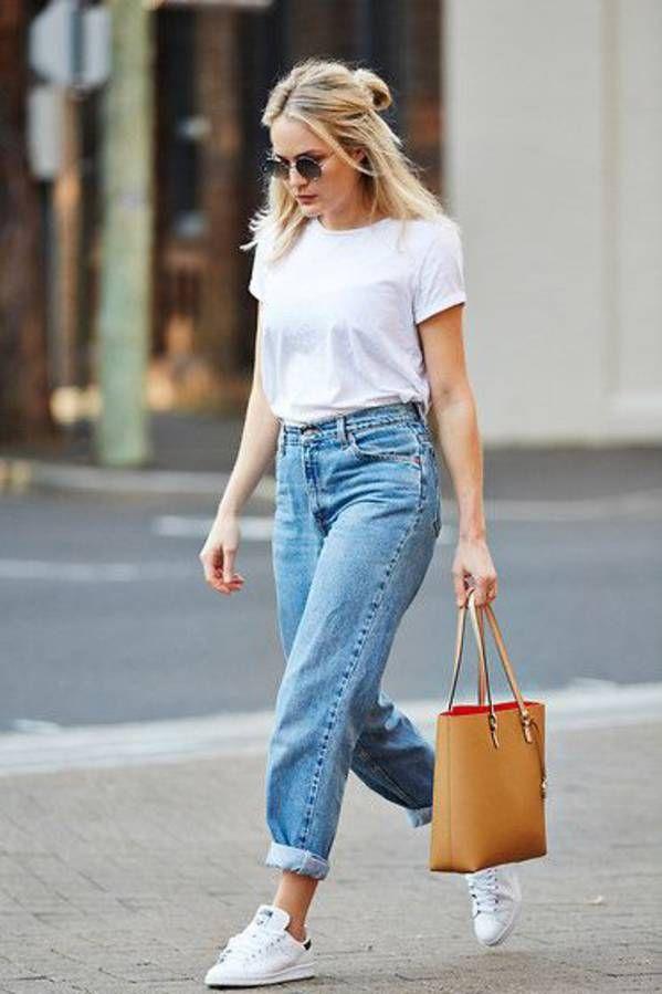 look femme avec un tee shirt blanc, un boyfriend jean et des stan smith