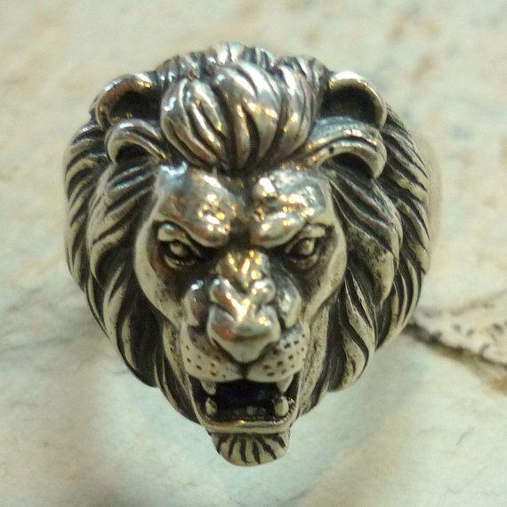 5fa8f0b79c55 Este anillo de cabeza de León de plata es una gran declaración de fuerza y  coraje. Se muestran los detalles de la cara y melena de León en plata  oxidada.