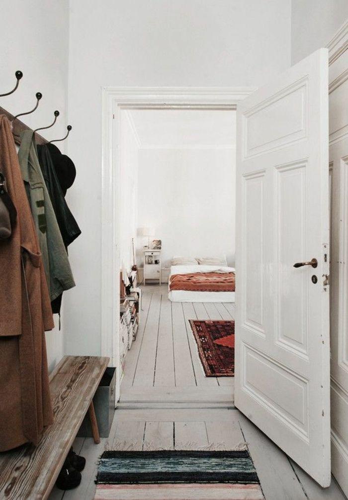 parquet blanc, entrée blanc, porte-manteau vintage, banquette en bois