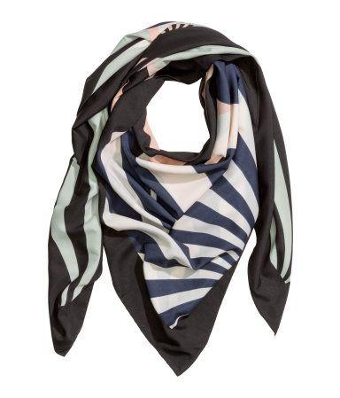 Mørkeblå. Tørklæde i tynd, vævet kvalitet med trykt mønster. Størrelse 130x130 cm.