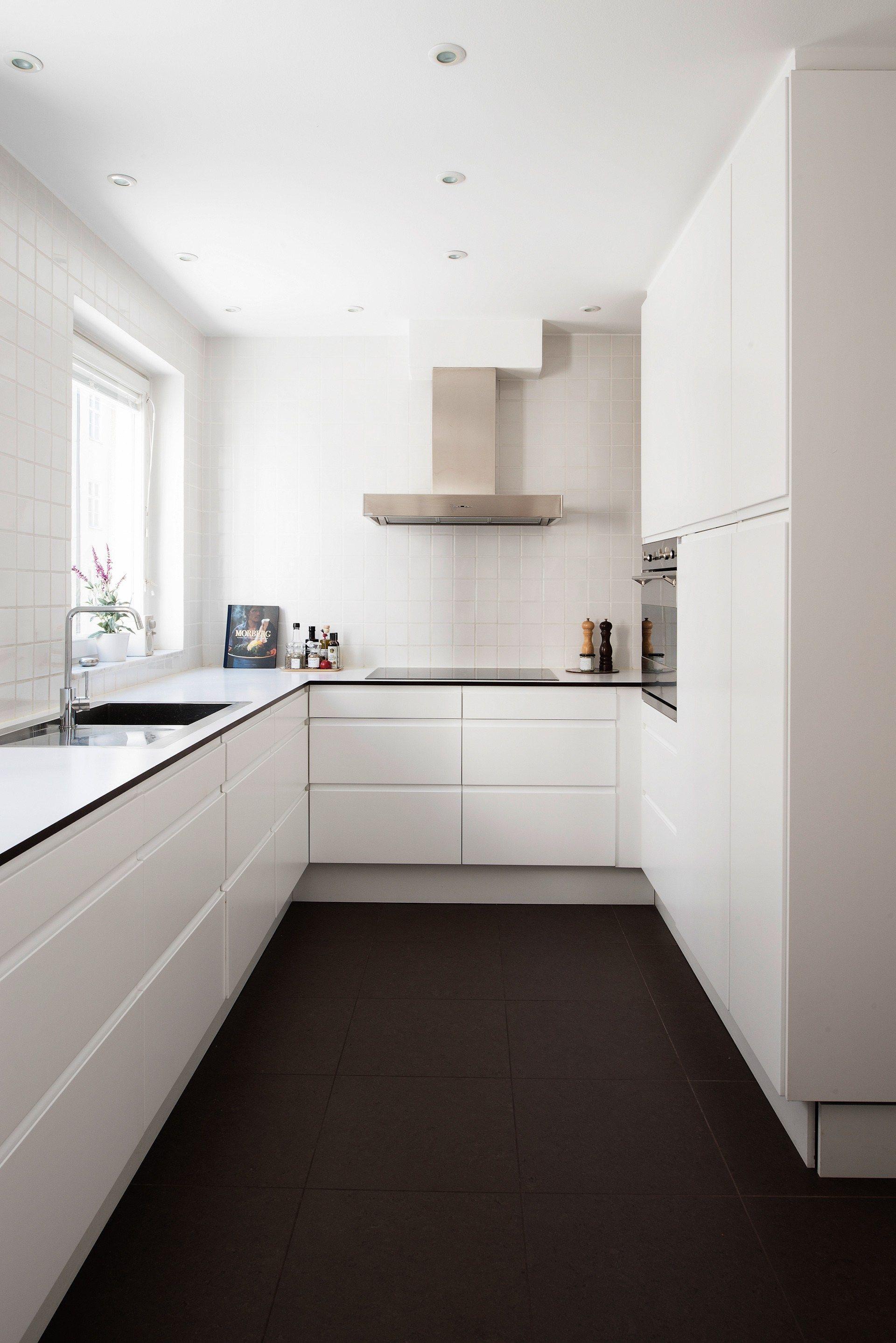 Cocina bien iluminada sin adornos for the home cocinas cocinas modernas y cocina n rdica - Cocinas pequenas blancas ...