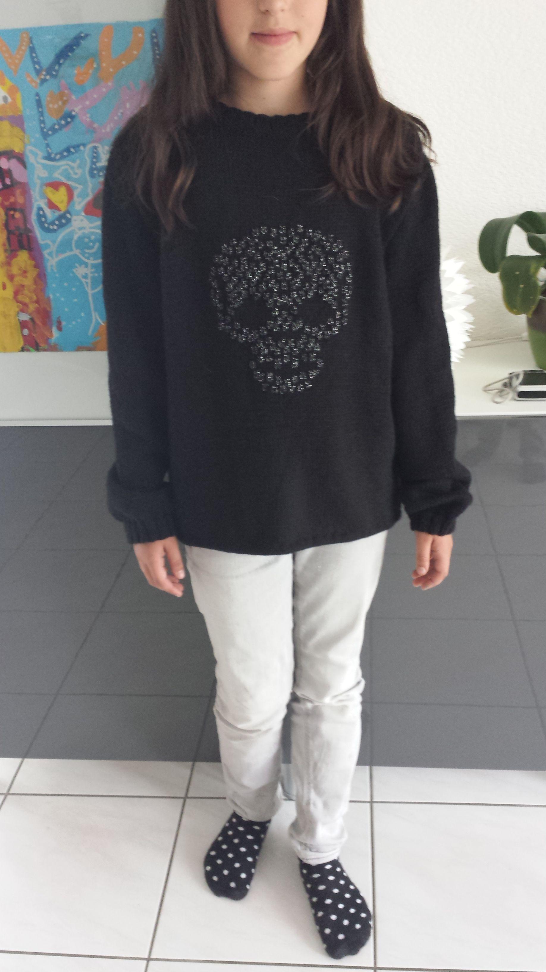 c3efebed3875 Pull pour une fille de 10-12 ans avec une tête de mort brodé en fil  brillant.