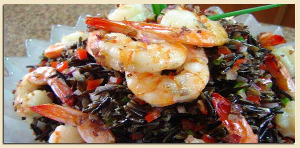 Salada de arroz selvagem e camarões