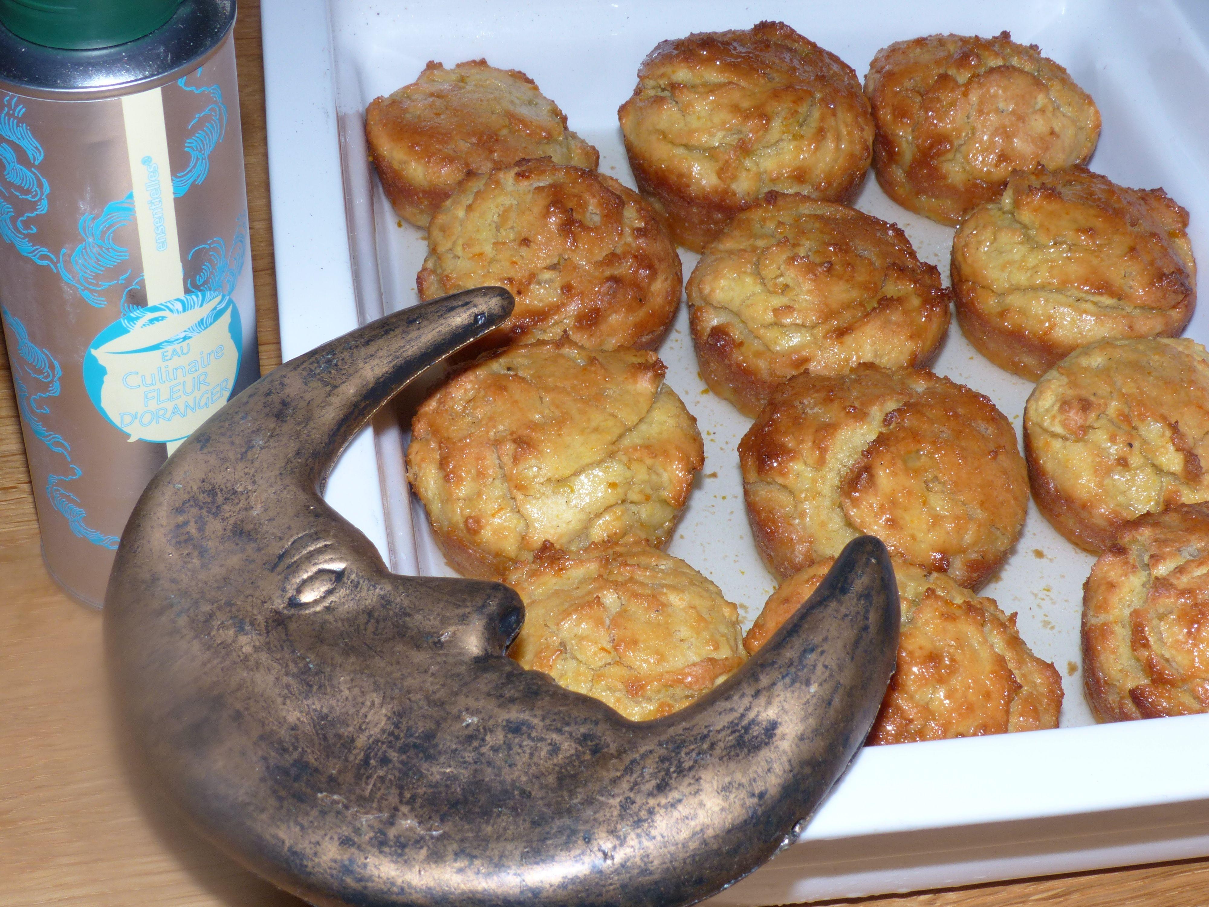 Immer auf der Suche nach Rezepten mit Orangenblütenwasser. Hier kleine Orangen-Kardamon-Kuchen, die noch warm mit dem Orangenblütenwasser-Sirup übergossen werden.   http://www.provence-onlineshop.com/Genusswelt/Bluetenwasser/Orangenbluetenwasser-zum-Kochen-und-Backen-Bio-200-ml::26.html