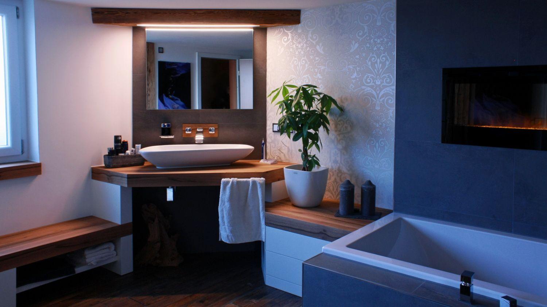 Badezimmer Mit Raumteiler Aus Altholz Beleuchtung Im Balken