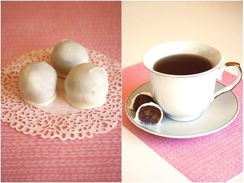 """Рецепт:  100 г печенья """"Юбилейное"""" (но лучше шоколадный бисквит)  50 г горького шоколада  50 г молочного шоколада  1 стл какао  2 ст.л. воды  2 ст.л. коньяка (можно и другой алкоголь, а можно сироп, например, мятный)  глазурь из белого шоколада или просто белый шоколад"""