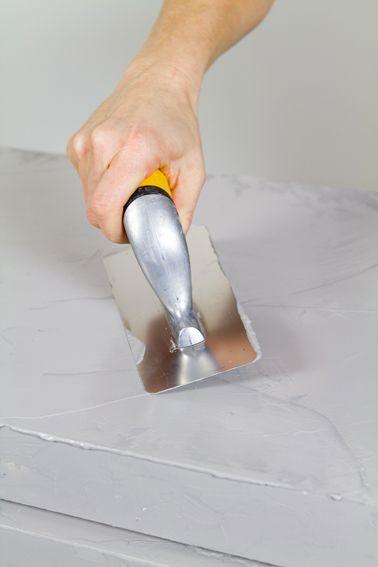 Peindre un meuble en bois avec du béton ciré facilement Armoire - peinture beton cire mur