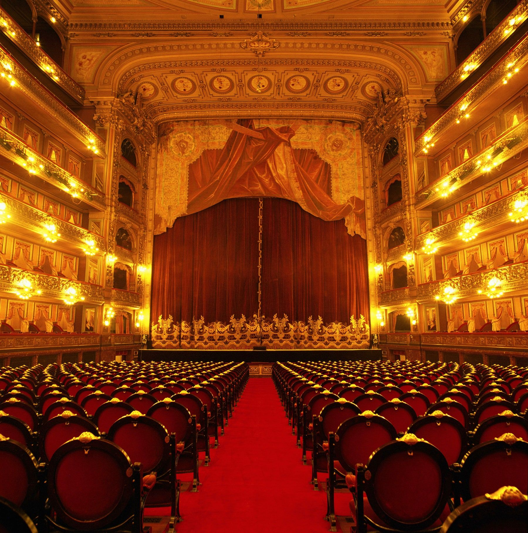 14 Opera Houses That Exude Radiant Old World Charm In 2020 Royal Opera House London Theatre Interior Teatro