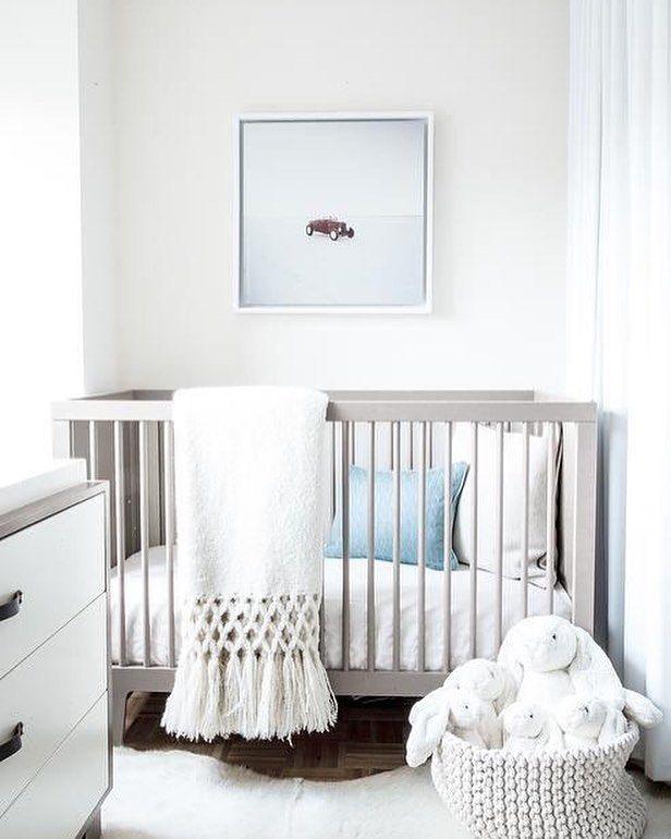 Quarto de bebê lindo clean e simples (menos é mais) para se inspirar nessa quarta-feira <3  #decoration #instadecor #instahome #casa #home #interiordesign #homedesign #homedecor #homesweethome #inspiration #inspiração #inspiring #decorating #decorar #decoracaodeinteriores #Mobly #MoblyBr #baby #white #branco #quarto