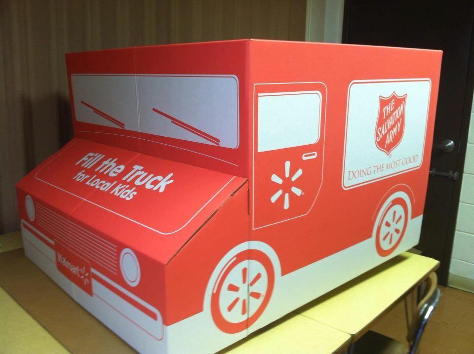 """In diesen """"Heilsarmee-Lieferwagen"""" können Walmart-Kunden in New York Kleider- und Spielzeugspenden für bedürftige Kinder einwerfen."""
