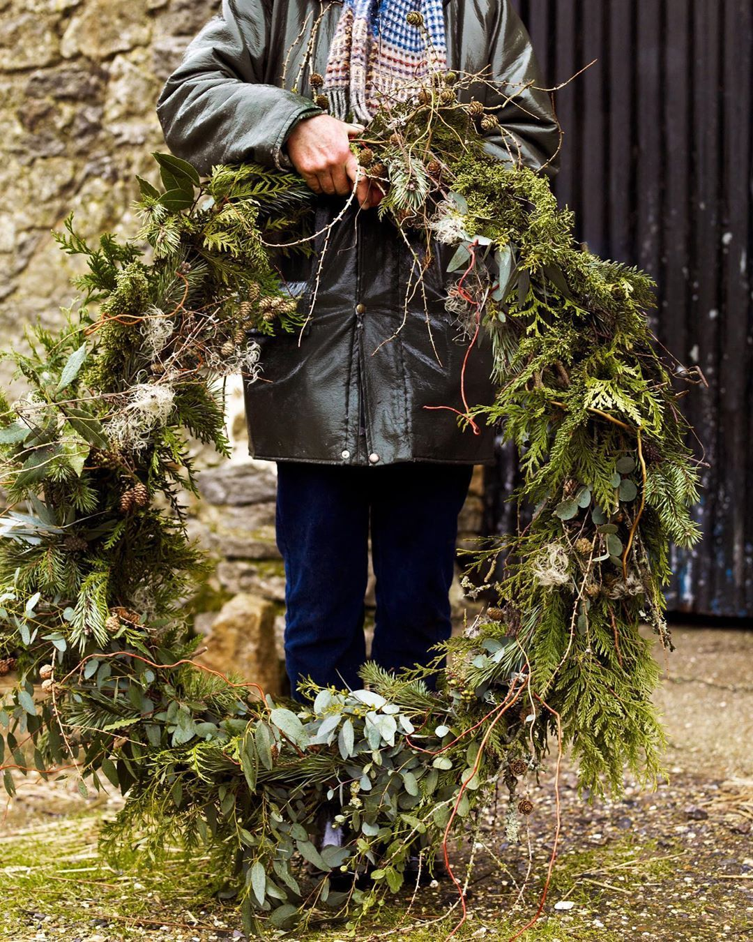 Here S A Decoration To Make An Impact An Oversized Wreath For Christmas With Materials Foraged From Your Garden You Nee Kerst