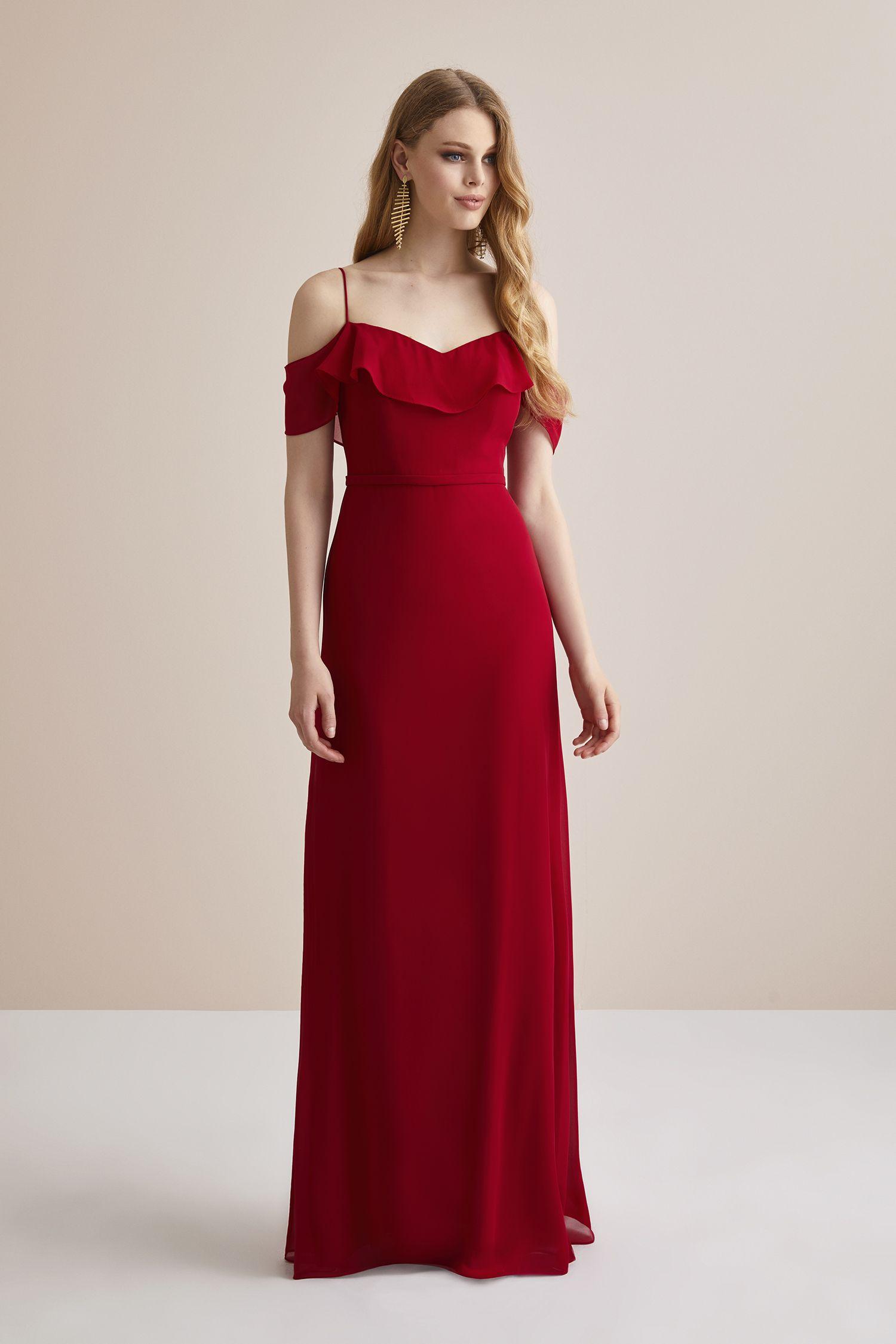 c1bafb9cd7606 Kırmızı İnce Askılı Şifon Uzun Abiye Elbise. Düğün gününde gelinin en yakın  arkadaşı Nedimeler şıklığını