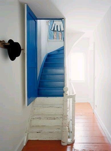Sapore di mare - Blu e bianco per dipingere una scala interna di una casa al mare.