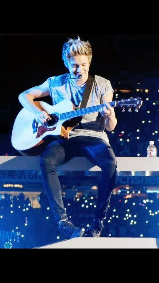 Niall playing the guitar ❤