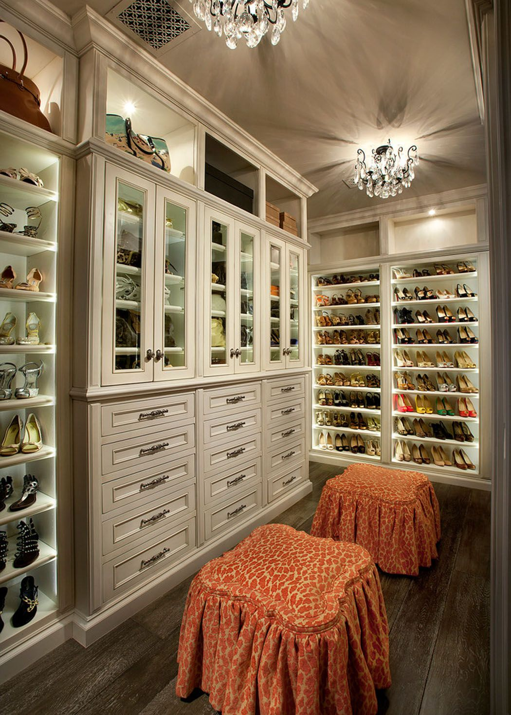 grand dressing pour tous les accessoires et chaussures de la maitresse de cette belle maison de luxe