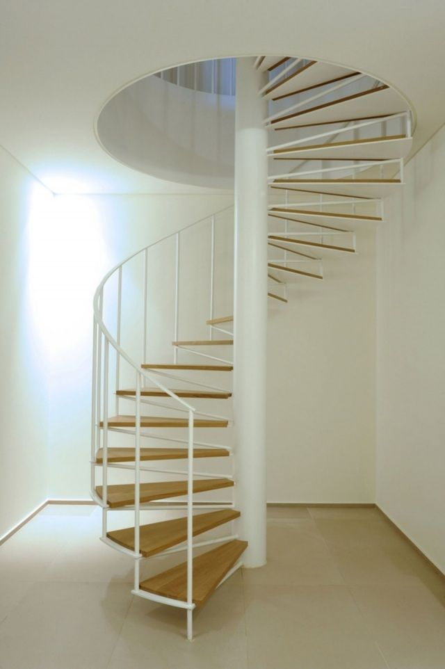 Spindeltreppe weiß Holzstufen-gestaltung ideen-Villa-Yarze ...