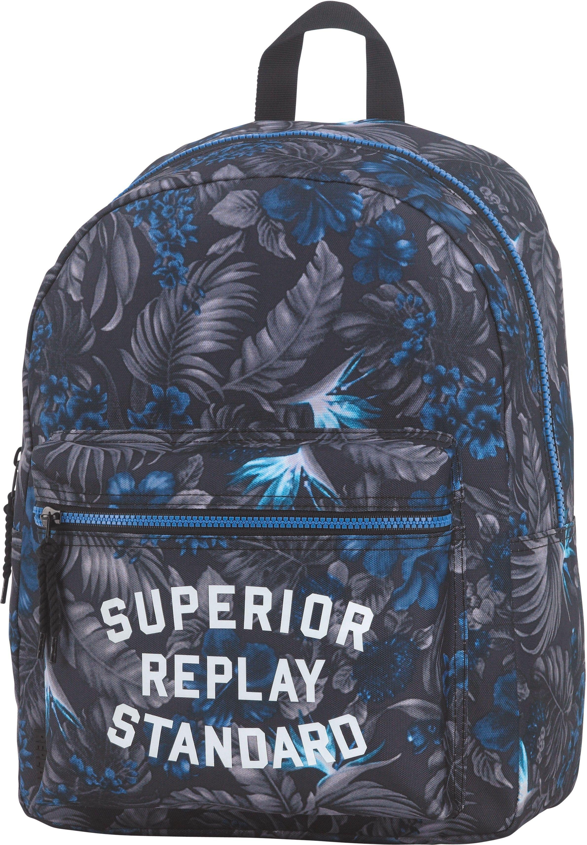 659955a2447 Neem al je speelgoed, schoolboeken en sportartikelen mee in deze nieuwe  rugzak van Replay.