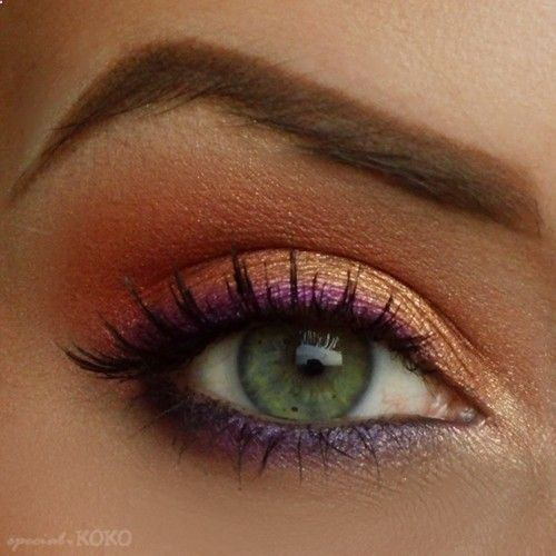 Purple eye liner with peachy pink and gold eyeshadow. tríade com o verde dos olhos