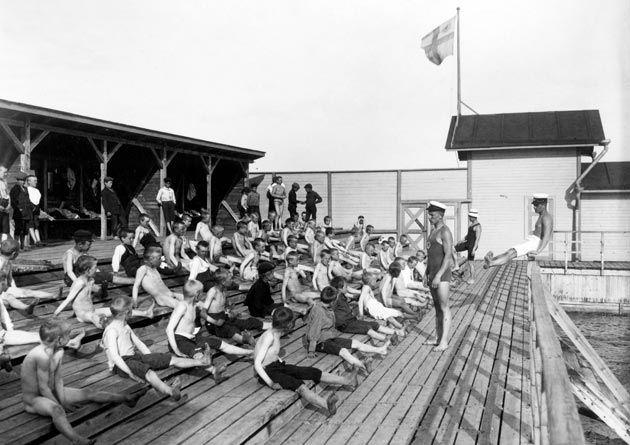 Uimaopetusta Ursinin uimalaitoksella 1800-luvun lopulla.
