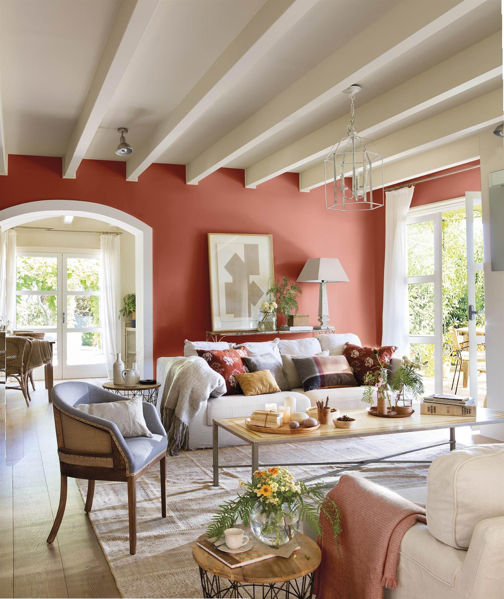 Saln con vigas blancas y paredes pintadas de color caldera00438066