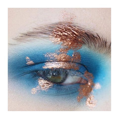 S I M P L I C I T Y 💙 we love this copper on blue contrast by @chloealicemua using @mehronuk metallic powder in copper 😍 #eye #makeup #mehron #mehronmakeup #eyemakeup #creativemakeup #coppermakeup #mua #makeupartist #eyes #crueltyfreebeauty #veganmakeup