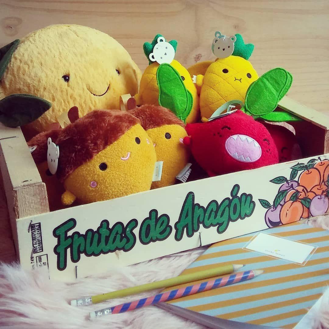 La belle et douce récolte d'octobre de La Malle à Confettis !  Peluches Citron @jellycat_official et petits monstres glands ananas et betteraves @noodoll en vente à La Malle à Confettis. . . .  #peluche #Citron  #lemon  #gland  #automne  #autumn  #betterave  #ananas  #pineapple  #doudou  #cadeau  #legume  #fruit  #veggie  #noodoll  #mynoodoll  #ricecorn  #toys  #cadeaudenaissance  #babyshower  #bebe  #baby  #conceptstore  #kid  #enfant  #bruz  #rennes  #bretagne  #eshop #octobreautomne La be #octobreautomne