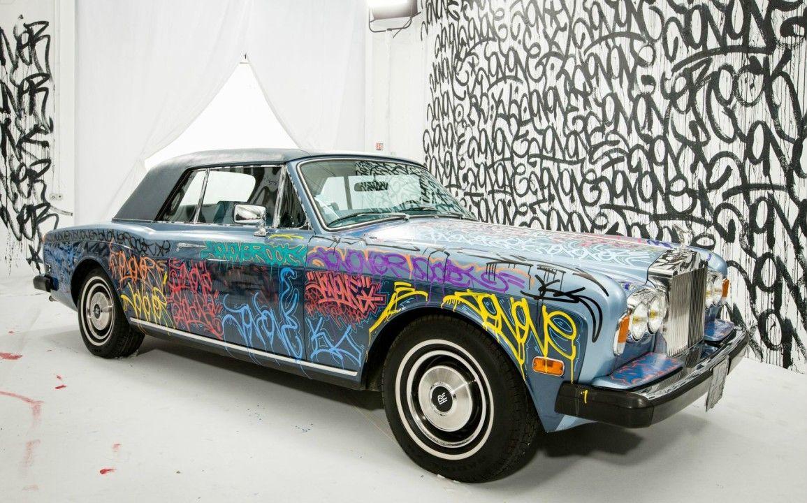 Graffée par JonOne, la Rolls-Royce Corniche d'Éric Cantona mise aux enchères par Artcurial.   Mise à prix : 20 000€
