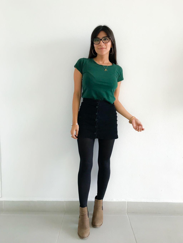 Look Godinez: Chamarra con camuflaje, medias negras, botas cafés, mini falda de botones, blusa verde.