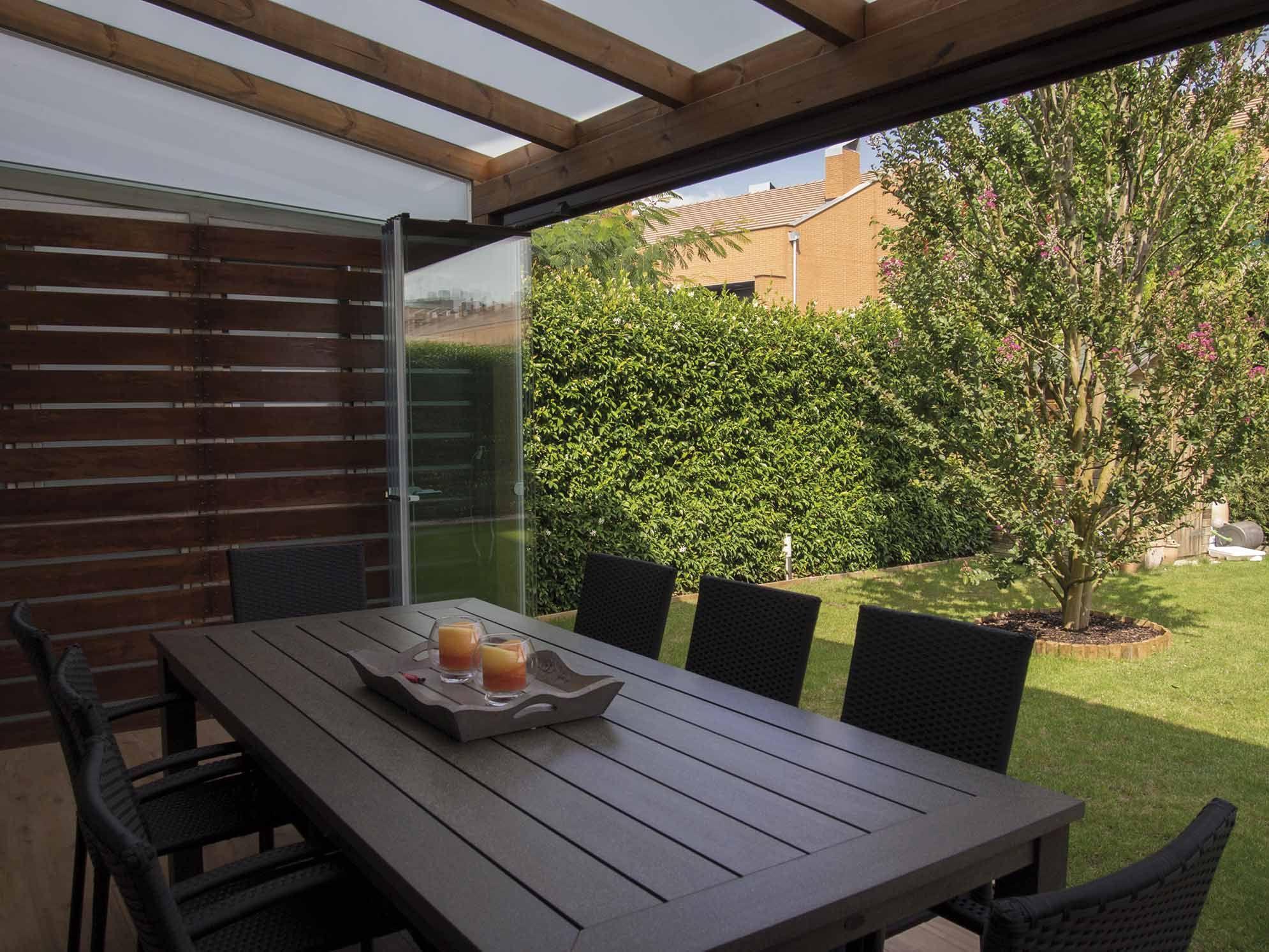 Cerramiento de cristal lumon instalado en un porche con for Cerramiento terraza cristal precio
