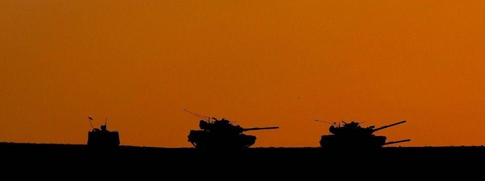 Türkische Panzer nache der syrischen Grenze in der Provinz Sanilurfa (Archivbild).