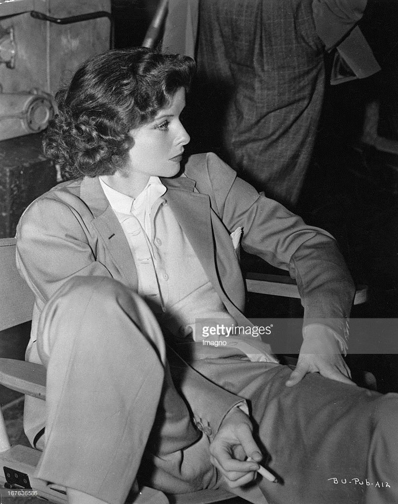 The actress Katharine Hepburn, sitting, dresses in suit. Photograph. About 1938. (Photo by Imagno/Getty Images) Die Schauspielerin Katharine Hepburn sitzend im Anzug. Photographie. Um 1938. .