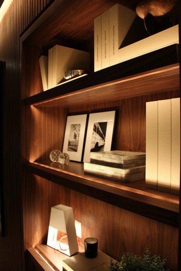 Die Led Lichtleiste 30 Ideen Wie Sie Durch Led Leisten Verlockende Innendesigns Schaffen Bookshelf Lighting Bookshelf Design Bookshelves In Living Room