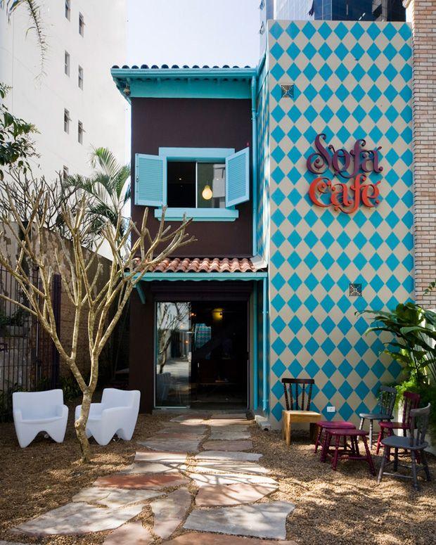 344dd8431eaf3 Sofá café- fachada pintada  decor  arquitetura
