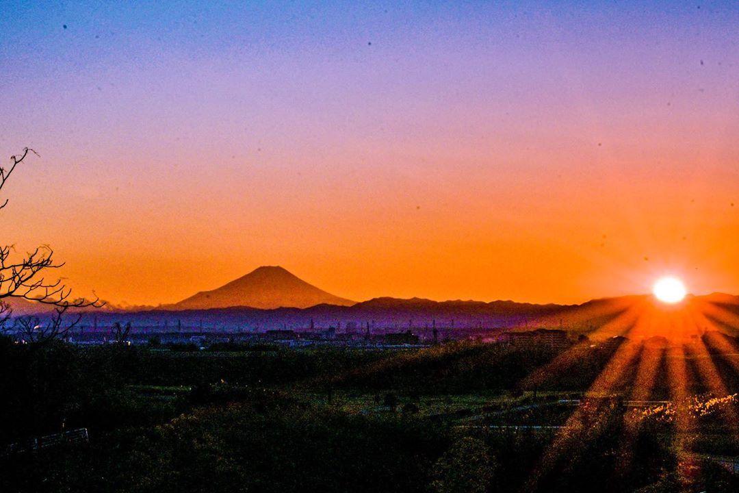 2020/01/01 富士山と初夕日&月 I was late for up sunset on new year. scenery was so nice that evening. #富士山 #夕日 #月 #猫 #mtfuji #su...