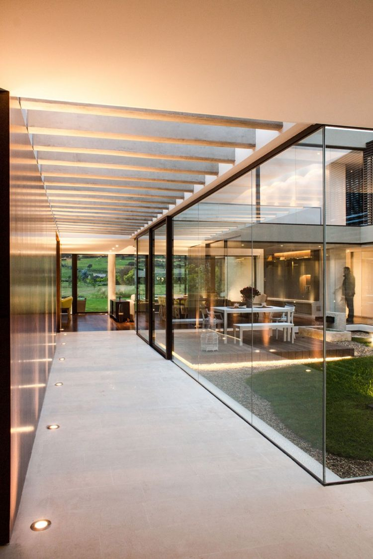 jardin intérieur vitré et couloir avec spots encastrés au sol ...