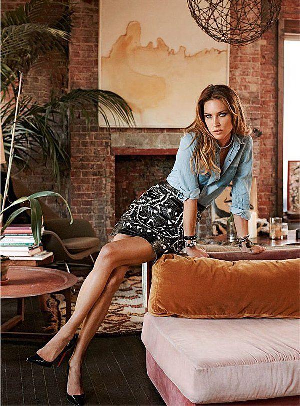 Erin Wasson est pas mal mais je veux surtout son canapé