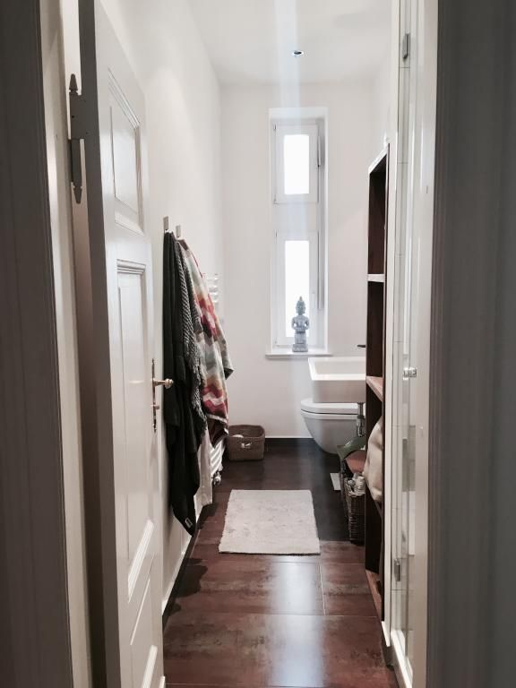 Dunkler Holzboden, hohe Decken und weiß gestrichene Wände ...