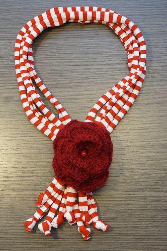 Collana eseguita a mano: tubolari in fettuccia di cotone e fiore centrale in lana, realizzato con l'uncinetto e con pietra dura. Diametro collana esclusi pendenti 20 cm. http://www.flickr.com/photos/gioiedilillo/   http://www.misshobby.com/lill