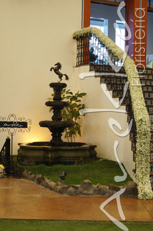 Decoraci n barandal flores para escalera boda hacienda for Decoracion de escaleras