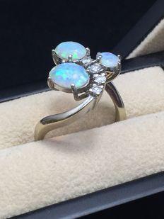 Witgouden ring met 3 Australische opalen en diamanten