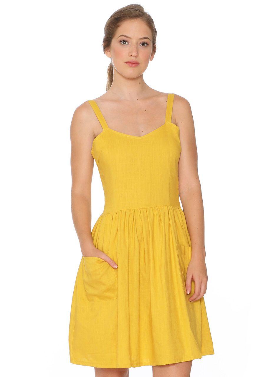 c586bc87825 Vestido de tirantes con espalda abierta decorada con lazo. Falda de vuelo  fruncida con bolsillos exteriores. Color amarillo