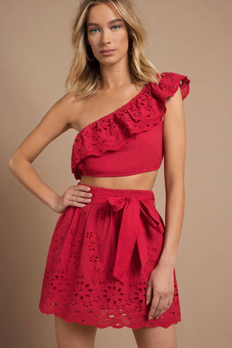 Omzu Acik Elbiseye Sac Modelleri Kadin Blogu Moda Stilleri Elbise Tarz Elbiseler